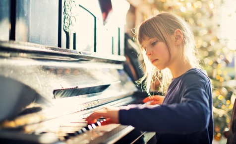 piano_girl_playing.jpg